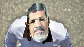 Egyptin syrjäytetyn presidentin Muhammad Mursin kannattaja päässään Mursin kasvoista tehty pahvinaamari 26. heinäkuuta 2013.