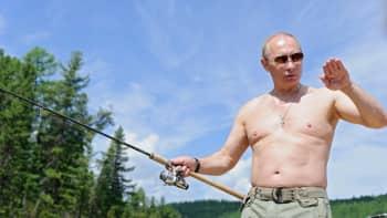 Presidentti Vladimir Putin nappasi jättikalan lomaillessaan Tuvan alueella 20. heinäkuuta 2013. Putin yläosattomissa.