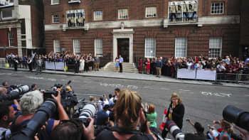 Prinssi William ja herttuatar Catherine tuoreen vauvansa kanssa lehdistön edessä kadulla.