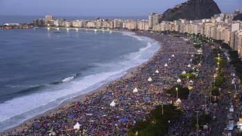 Lukematon määrä ihmisiä Copacabana-hiekkarannalla.