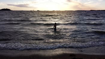 Lapsi kahlaa meriaallokossa