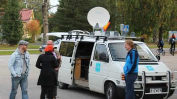 Ylen ääniauto ja Radio Kylässä-tiimi Multialla.