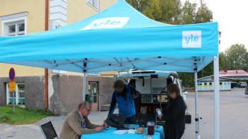 Yle telttaa valmistellaan suoraa lähetystä varten.