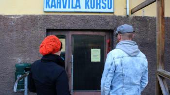 Heli ja Mikko Kahvila Korsun ovella.