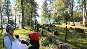 Mikko Maasola ja Heli Kaski tekevät suoraa lähetystä Multian hautausmaalla.