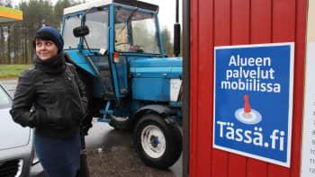 Heli Kaski. Takana sininen traktori.