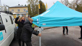 Satelliittiauto ja Yle -teltta Hallin keskustassa.