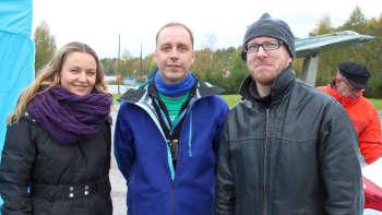 Marika Paaso, Vesa Mäkinen ja Mikko Maasola valmiina suoraan lähetykseen Jämsän Hallissa.
