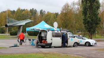 Ylen satelliittiauto ja teltta Hallissa Draken -muistomerkin vieressä.