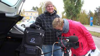 Simo Pitkänen ja Riikka Pennanen testaavat uutta videoreppua.