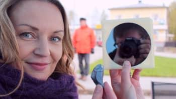 Marika Paaso pitää kädessään Okmeticin piikiekkoa.