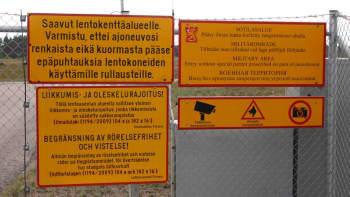 Kielto- ja varoituskylttejä Hallin lentokentän portilla.