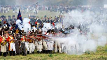 Napoleonin joukoiksi pukeutuneita näyttelijöitä Leipzigin taistelun 200-vuotisjuhlanäytöksen aikana.