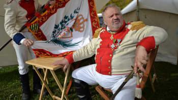 Saksin kuningaskunnan upseeriksi pukeutunut näyttelijä Leipzigin taistelun 200-vuotisjuhlanäytöksen aikana.