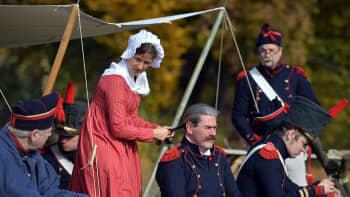 Ranskalaistykistön univormuihin pukeutuneita näyttelijöitä Leipzigin taistelun 200-vuotisjuhlanäytöksen aikana.