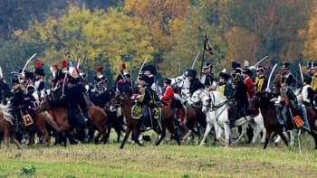Napoleonin joukoiksi pukeutuneet näyttelijät taistelevat liittoutuneiden joukkoja vastaan.