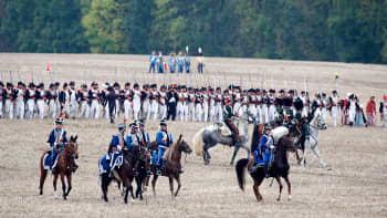 Napoleonin joukoiksi pukeutuneita ihmisiä Leipzigin taistelun 200-vuotisjuhlanäytöksessä.