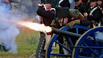 Liittoutuneiden sotilaiksi pukeutuneita näyttelijöitä Leipzigin taistelun 200-vuotisjuhlanäytöksessä.
