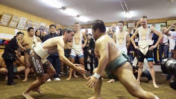 Ranskalaispyöräilijä Christpohe Riblon mittelöi sumopainimatolla Tokiossa 25. lokakuuta. Yli 20 ammattipyöräilijää, mm. vuoden 2013 Tour de Francen voittanut Christopher Froome, harjoittelivat paikallisessa koulussa sumo-otteita.