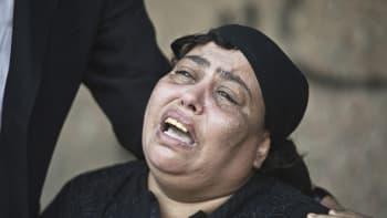Omaisensa ammuskeluvälikohtauksessa menettänyt egyptiläisnainen suri Kairossa 21. lokakuuta. Edellispäivänä moottoripyörän takapenkillä istunut mies oli tulittanut kirkosta saapunutta hääseuruetta Al-Warrakin kaupunginosassa.