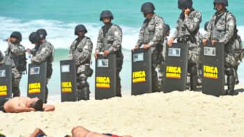 Auringonottajat ja vartijat miehittivät rantaa Rio de Janeirossa, Brasilia, 21. lokakuuta.