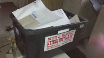 papereita laatikossa