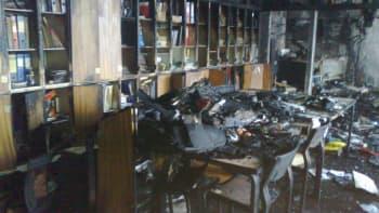 Palanut pöytä, kaappeja ja tuoleja