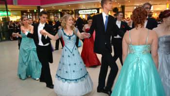 Vanhat tanssivat Koskikeskuksessa.