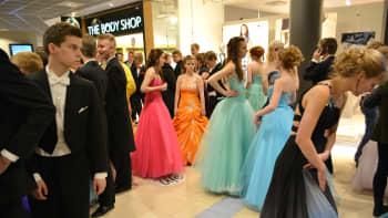 Oppilaat valmistautuvat tanssiin.
