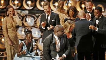 Juhlijoita Oscar-lavalla.