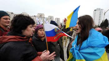 Venäläis- ja ukrainalaismieliset mielenosoittajat kiistelevät mielenosoituksen aikana.