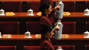 Tarjoilijat kaatamassa teetä ennen Kiinan kansankongressin alkua.