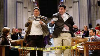 Kilpailjoita perinteisen pannukakkujuoksun aikana Washington D.C.:n katedraalissa.