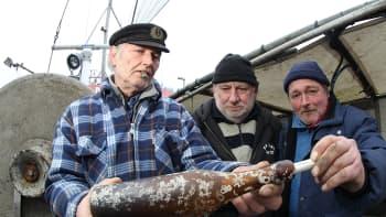 Kalastajat Konrad Fischer, Klaus Matthiesen ja Thomas Buick esittelevät löytämäänsä maailman vanhimmaksi osoittautunutta pullopostia aluksellaan Kielin satamassa.