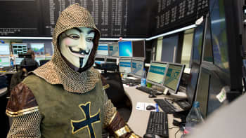 Frankfurtin pörssin meklari on pukeutunut Guy Fawkesin naamariin ja vanhaan asuun pörssin perinteisen karnevaalipäivän kunniaksi.