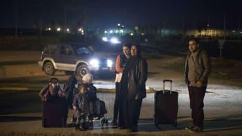 Syyrialainen pakolaisperhe odottaa siirtoaan Melillasta Malagaan.
