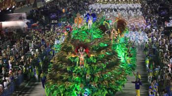 Rio de Janeiron karnevaalin voittajat Unidos da Tijuca -sambakoulun tanssijat karnevaalikulkueessa.