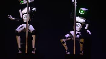Robotit esittävät tankotanssia CeBIT-tietotekniikkamessuilla.