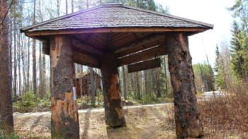Martti Koljosen rakentaman luontoreitin ensimmäinen osa alkaa tästä portista.