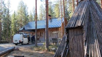 Ääniauto parkkeerattiin luontoreitin lähelle Martti Koljosen Sahintuvan pihaan.