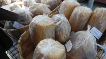 Terttu Kinnunen leipoo kaikki perjantaitorin leivät ja pullat kotonaan Keihärinkoskella.