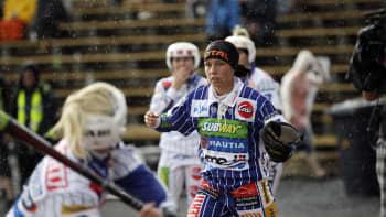 Ukkosmyrsky haittasi hetken naisten Itä-Länsi-ottelua.