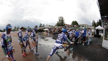 Naisten Itä-Länsi-ottelu jouduttiin keskeyttämään ukkosmyrskyn takia.