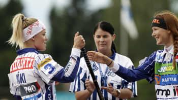 Hutunkeitossa Elina Mäki ja Laura Nuutinen.