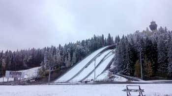 Puijon rinne lumen peitossa syksyllä.