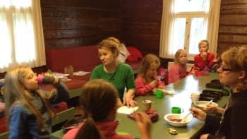 Aamupalalla pöydän äärellä
