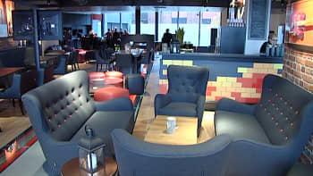 Sohvia, nojatuoleja ja pöytiä kahvilassa