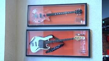 Kaksi kitaraa vitriineissä
