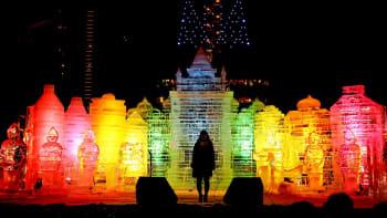 Valaistuja jääveistoksia Sapporon lumifestivaaleilla.