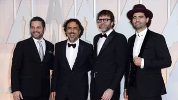 Alexander Dinelaris, Alejandro Gonzalez Inarritu, Nicolas Giacobone ja Armando Bo saapumassa Oscar-gaalaan.